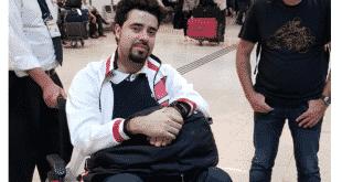 Jornalista não conseguia andar e saiu do avião de cadeira de rodas