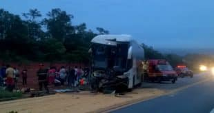 Acidente com ônibus e carreta deixa feridos na BR-365 em Montes Claros