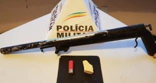 O menor infrator estava com uma espingarda calibre 12 e uma barra de cocaína.