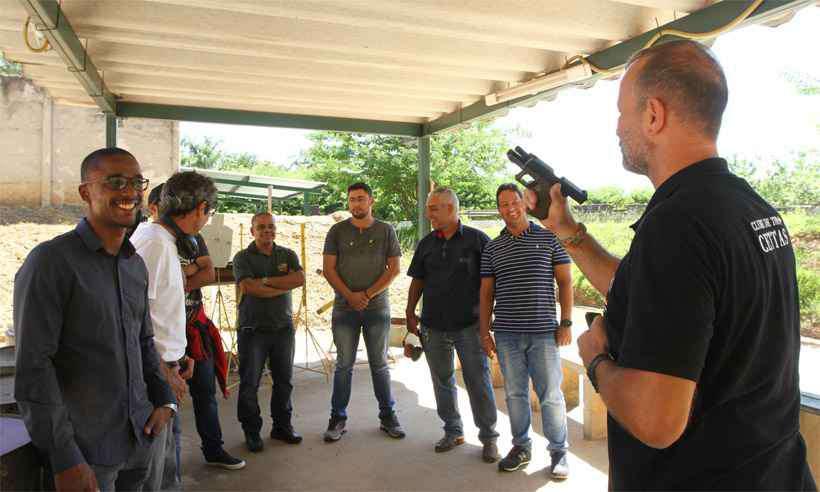 Candidatos à posse de arma acompanham as explicações do instrutor Thomas Schröder, que detectou aumento da procura desde a eleição de Bolsonaro