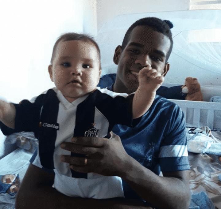 Guilherme e o bebê Vitor, atleticanos