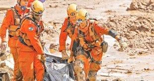 Retirada dos corpos localizados na lama é extremamente delicada e requer muito esforço dos Bombeiros