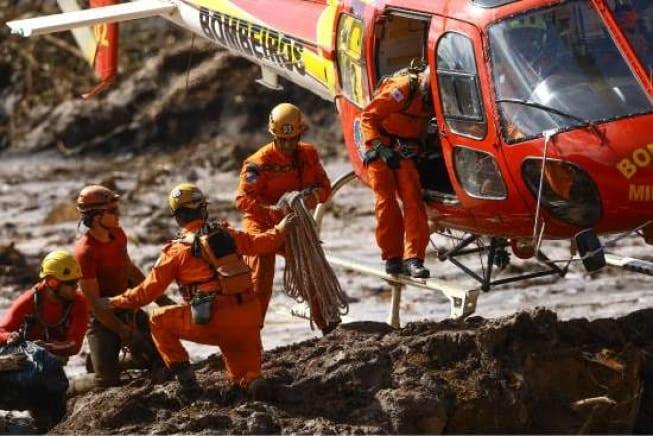"""Bombeiros trabalham no resgate de vítimas em """"zona quente"""" de Brumadinho"""