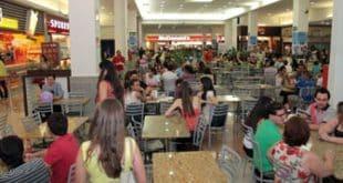 Garçons protestam após serem barrados pelo Montes Claros Shopping