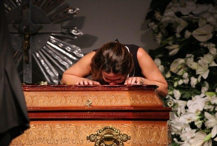 A viúva sobre o caixão do jornalista - Deividi Correa / AgNews