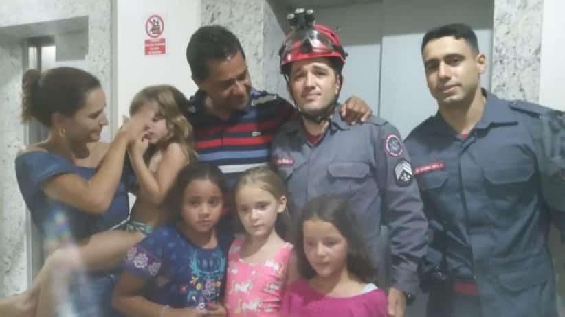 Quatro crianças ficam presas após pane elétrica em elevador em Montes Claros