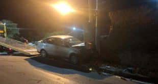 Poste chegou a cair em cima de um muro de uma casa e derrubou parte da estrutura; condutor é estudante de medicina e não tinha carteira de habilitação.