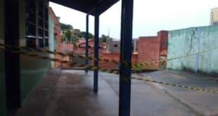 Muro caiu na construção de uma igreja que fica ao fundo da escola — Foto: Anderson Chaves/ Prefeitura de Montes Claros