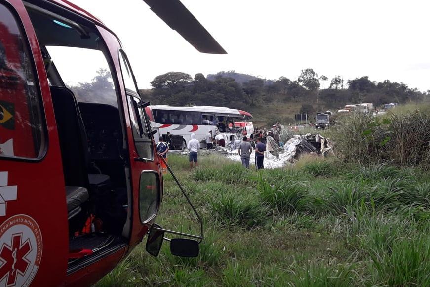 Veículos bateram de lado