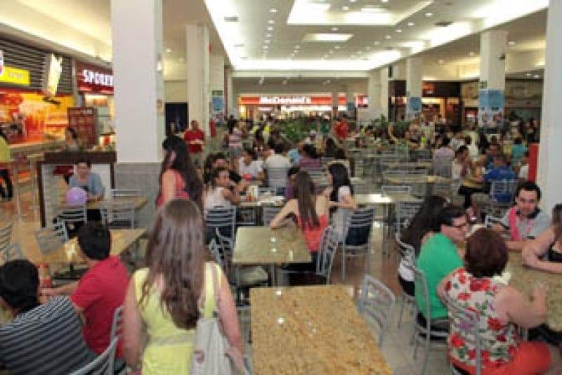 Música alta no restaurante induz clientes a pedirem comida não saudável