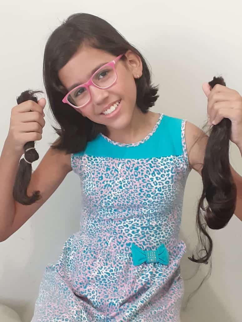 A garotinha Lizandra Godinho, de apenas 11 anos esteve no hospital para fazer a doação do cabelo