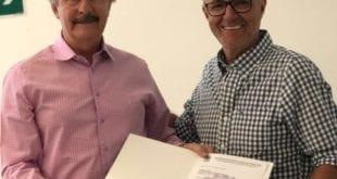 O presidente da ACI, Dr Newton Figueiredo entregou a Leonardo Vasconcelos carta referente à homenagem da Federaminas- ACI