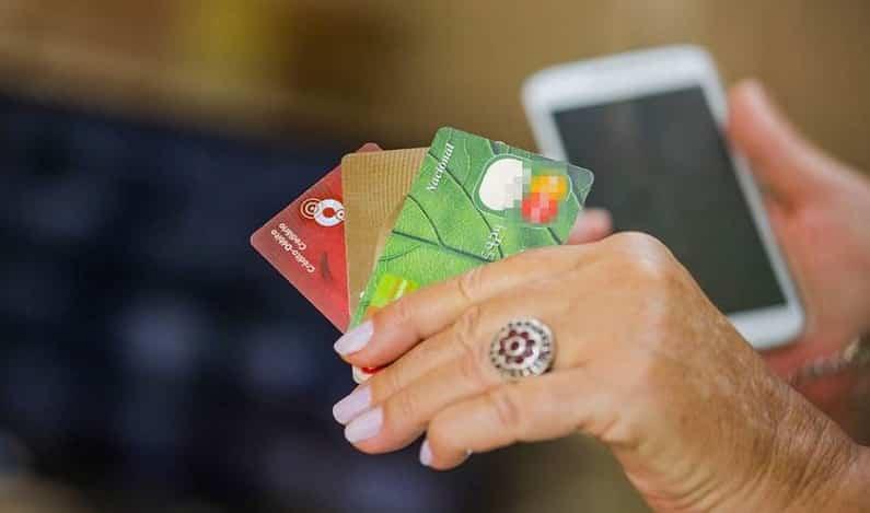 Golpe do cartão inclui até bloqueio do celular; saiba como se prevenir
