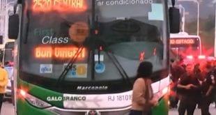 RJ - Homem armado sequestra ônibus na ponte Rio-Niterói