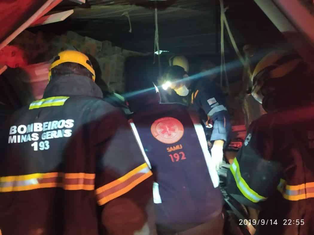 Norte de Minas - Acidente entre carreta e automóvel na BR-251 deixa um morto e dois feridos na Serra de Francisco Sá