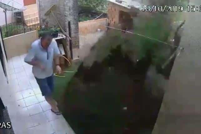 Homem tenta matar baratas com gasolina e acaba explodindo quintal; vídeo