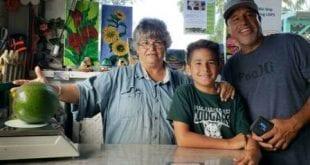 Família colhe abacate mais pesado do mundo nos EUA