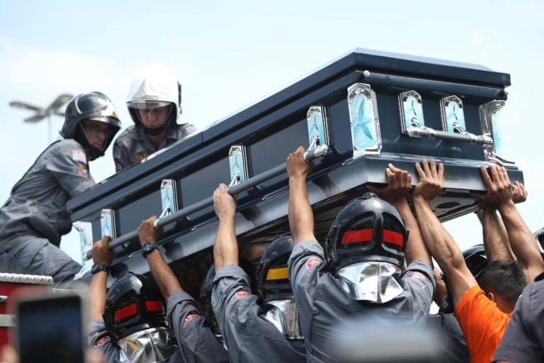 Bombeiros retiram o caixão com o corpo do apresentador para enterro Foto: RENATO S. CERQUEIRA/FUTURA PRESS/FUTURA PRESS/ESTADÃO CONTEÚDO