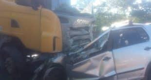 Norte de Minas - Casal morre após carro bater de frente com carreta em Francisco Sá