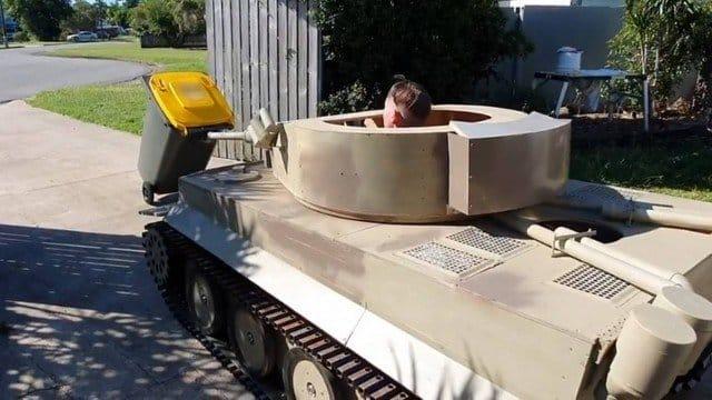 Adolescente viraliza após usar tanque de guerra para pôr lixo fora de casa na Austrália