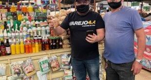 Fred Rocha com o Seu João, que cadastrou sua banca no mercado de Montes Claros no site