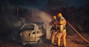 Norte de Minas - Veículo de passeio pega fogo após acidente em Novorizonte