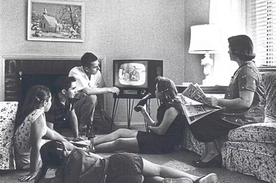 Desde o seu surgimento, em 1950, a televisão testemunha e massifica as transformações na sociedade brasileira